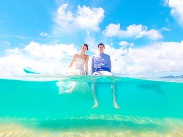 〔トラッシュザドレスウエディングを体験〕沖縄ウェディングオンラインで人気のドレスのまま海に入るフォトウエディングプランが今だけ特別価格で体験できる!