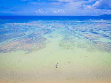 【ビーチフォトにはドローン撮影がついています】恩納村の綺麗な海をバックに、スケールの大きな写真や映像が撮影できます