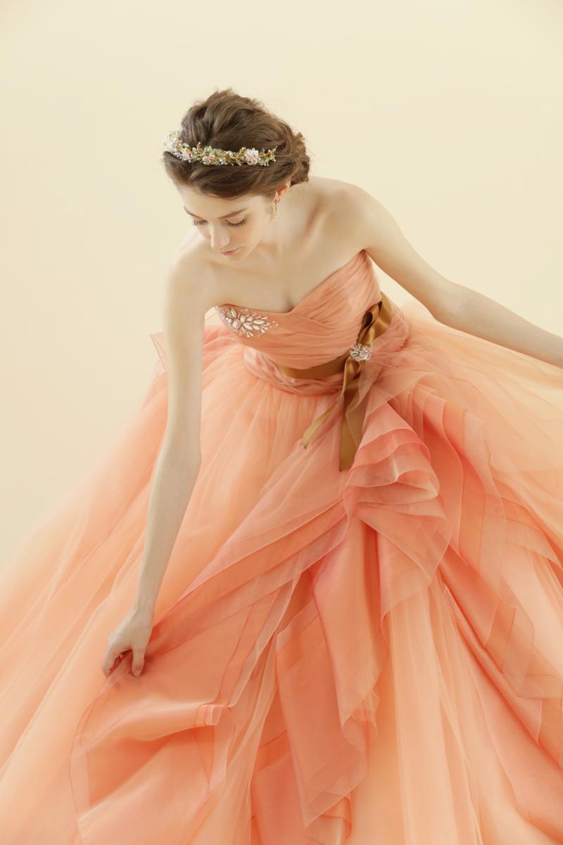 5ef8c37cc9395 オレンジ色のグラデーションが綺麗なカラードレス♡ 肌なじみもよく女性らしい優しい雰囲気が引き立つ人気ドレスです☺ ぜひご試着にお越しくださいませ☆