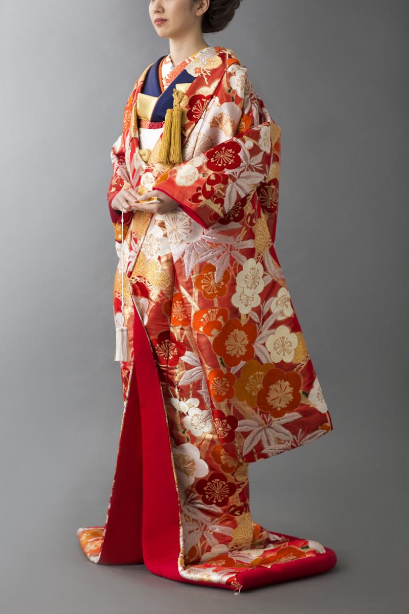 96a5afa01f167 紺色の打掛と一緒に、新作衣装のご紹介で初お目見えした梅柄の赤色打掛ですが、色掛下に紺を合わせる事で可愛いだけではない大人の優雅さをプラス。