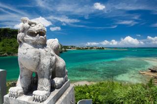 沖縄の景色に映える色鮮やかな琉球衣装を身に纏うフォトウエディング