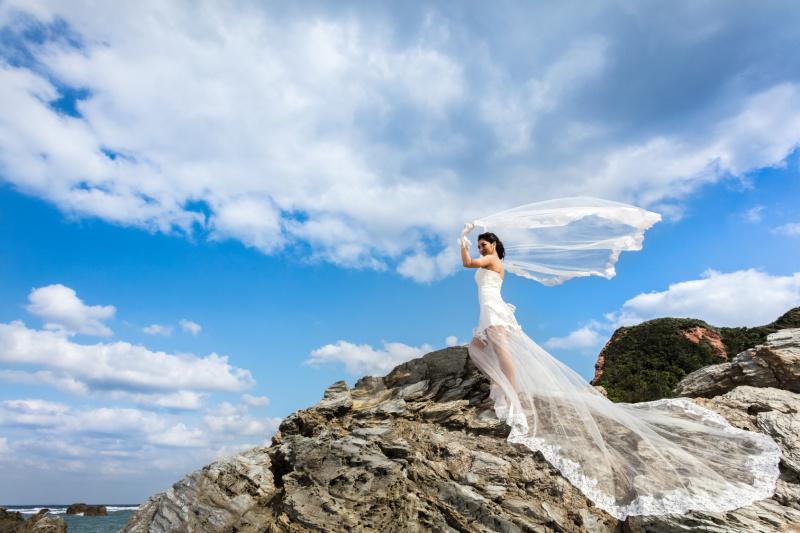 沖縄の自然と調和する風景画のようなウエディングフォト