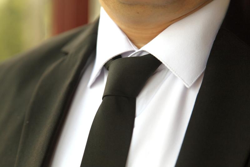 黒のネクタイは弔事用、白いネクタイは慶事用と決まっています。そのため、黒のNGの着用だけは避けてください。ストライプや柄の入っているネクタイ でも、黒ベースの色