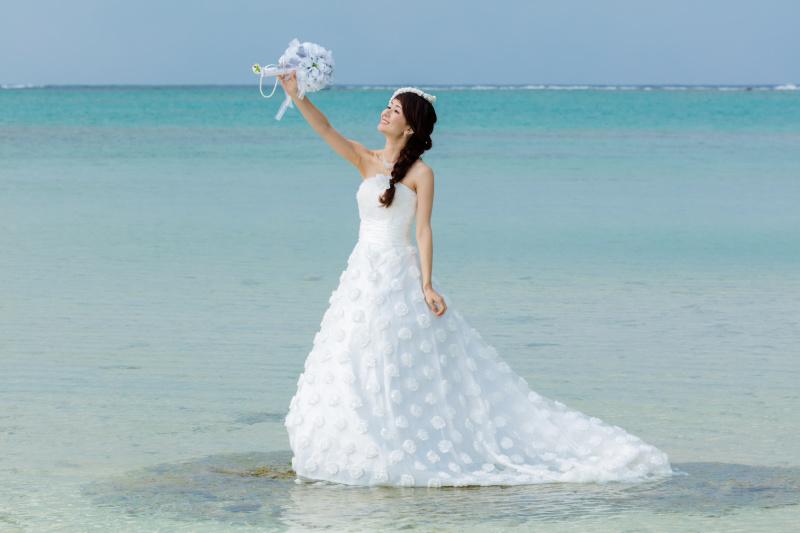 人気のビーチウエディングで真似したくなる人気のポーズ集めました
