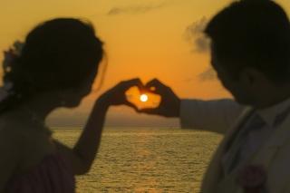 396479_沖縄_サンセット撮影~沖縄の砂浜と夕日が生み出す原色~