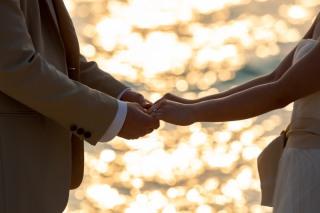 【黄昏サンセットフォト】ビーチフォト撮影をロマンチックに♪おふたりだけで特別な時間を過ごしたいお二人にオススメ♢30,000円