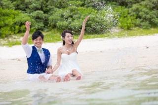 116037_沖縄_ドレスで海に飛び込んじゃおう!ウォーターショット
