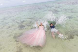 116038_沖縄_ドレスで海に飛び込んじゃおう!ウォーターショット